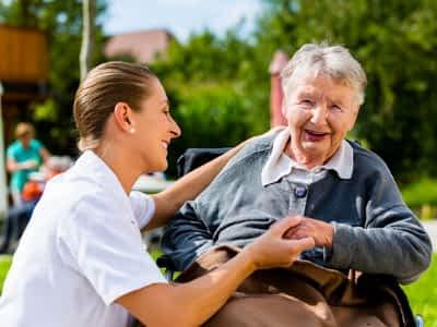Auxiliar de ayuda a domicilio: todo lo que debes saber